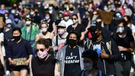 Apesar das medidas de distanciamento social impostas por causa da pandemia de covid-19, os protestos reuniram multidões