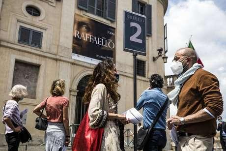 Fila com distanciamento para entrar em exposição de Rafael Sanzio em Roma