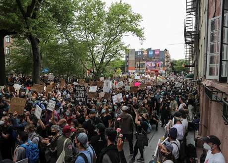 Pessoas protestam contra morte de homem negro sob custódia da polícia de Minneapolis. 2/6/2020. REUTERS/Jeenah Moon