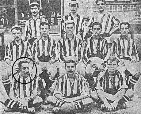 Paulino de Souza, em destaque, foi o primeiro negro campeão pelo Botafogo (Foto: Reprodução)