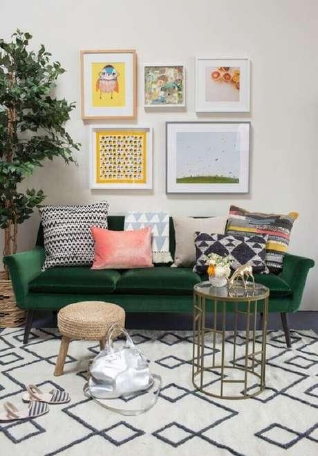 8. As almofadas coloridas deram um toque mais divertido na sala com sofá verde esmeralda – Foto: Daniela Milhomem