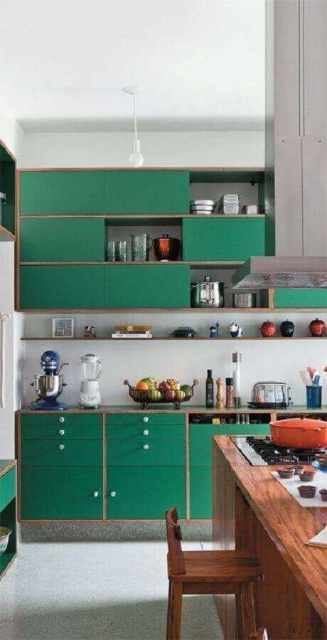 7. Decoração para cozinha com armários na cor verde esmeralda planejados com design retrô – Foto: CoachDecor