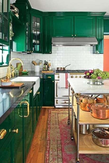 10. Os puxadores dourados dão um ar mais sofisticado nos armários de cozinha na cor verde esmeralda – Foto: Pinterest