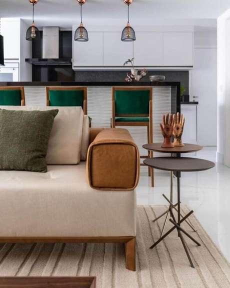 11. Cozinha americana decorada com banquetas de madeira com assento e encosto verde – Foto: Érica Salgueiro Arquitetura