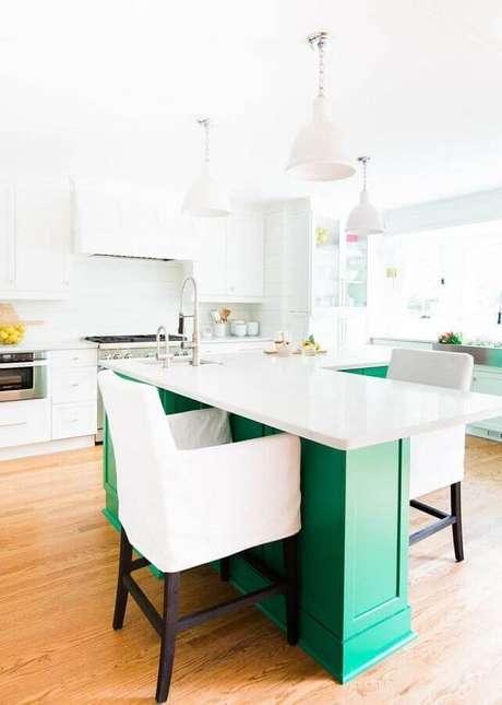 12. Decoração clean para cozinha branca com ilha verde esmeralda – Foto: Pinterest