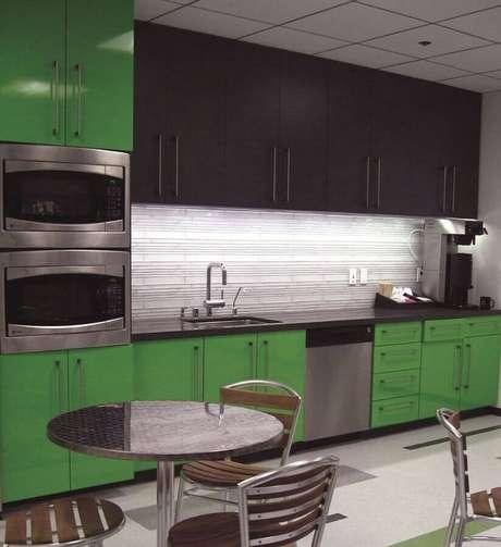 13. Cozinha planejada moderna com armários verdes e pretos – Foto: Home Fashion Trend