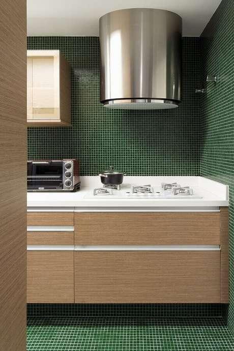 15. Cozinha planejada com pastilhas verdes esmeralda – Foto: Pinterest
