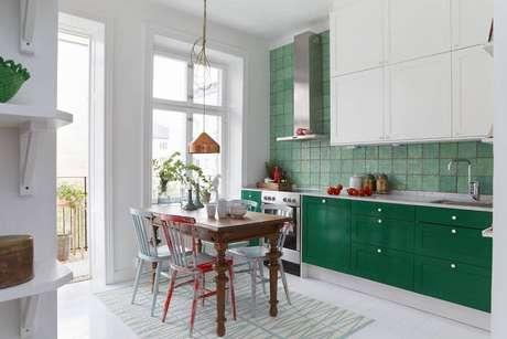 16. Cozinha planejada nas cores verde e branco – Foto: Pinterest