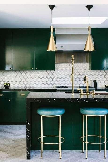 17. Invista em detalhes dourados para a decoração da cozinha em tons de verde esmeralda – Foto: McCabe House