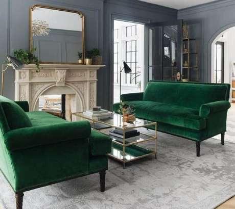 18. Decoração clássica para sala cinza com sofá verde esmeralda – Foto: DT Estúdio Arquitetura