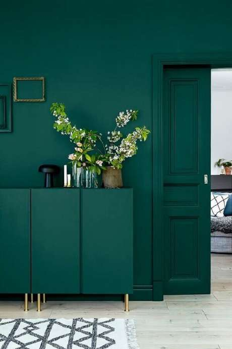 21. Tons de verde esmeralda dão um ar sofisticado na decoração – Foto: Revestindo a Casa