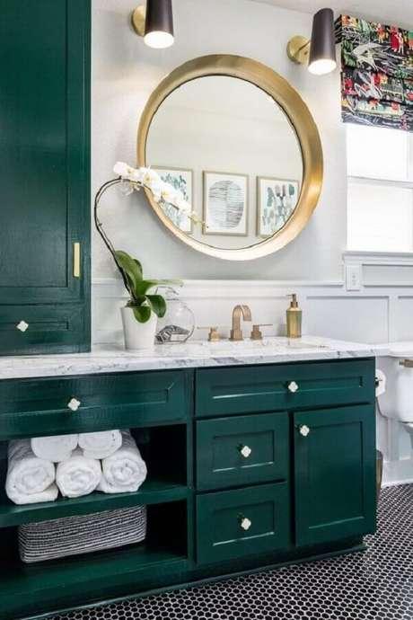 22. Banheiro planejado com as cores branca e verde esmeralda – Foto: Emily A. Clark