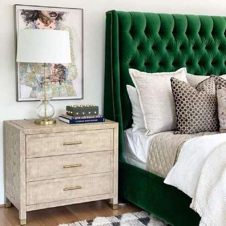 24. Decoração para quarto de casal com criado mudo de madeira e cabeceira capitonê verde – Foto: High Fashion Home