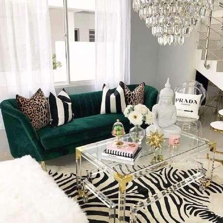 25. Decoração para sala com tapete de zebra e sofá verde esmeralda – Foto: Coco Furniture Outlet