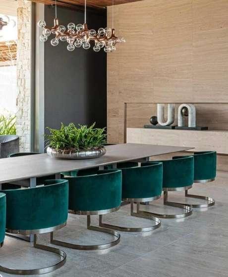 27. Design moderno de cadeiras verde esmeralda para sala de jantar ampla e sofisticada – Foto: Maurício Karam Arquitetura