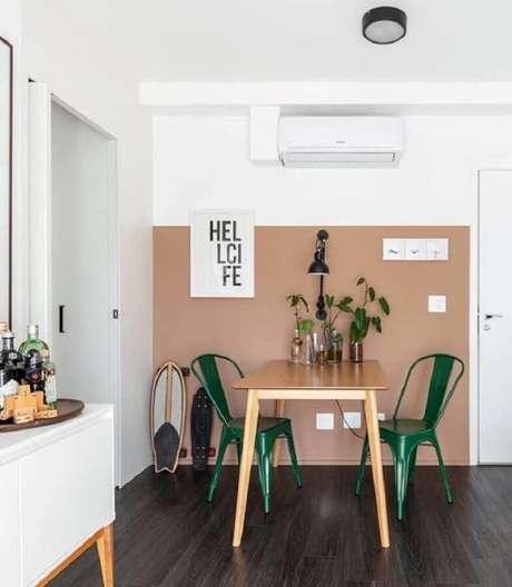 28. Sala de jantar simples decorada com cadeira verde esmeralda – Foto: Maurício Arruda