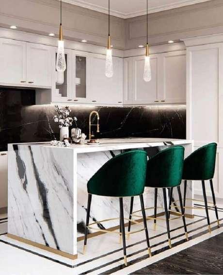 29. Decoração sofisticada para cozinha com ilha de mármore de banquetas verde esmeralda – Foto; Blanco Interiores