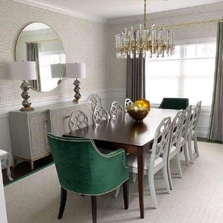 32. Sala de jantar sofisticada decorada com poltrona verde esmeralda – Foto: Andrea Sinkin Jaffe
