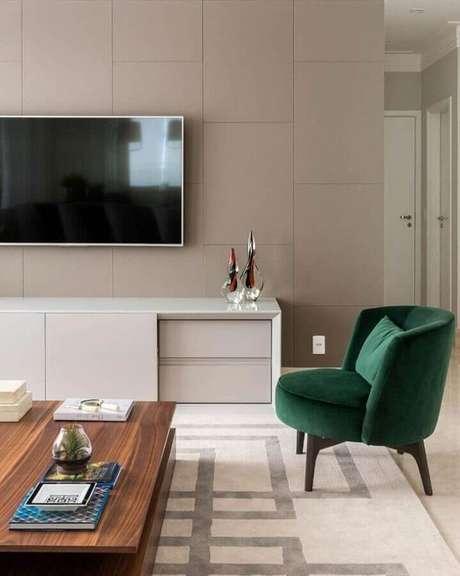 33. Poltrona verde esmeralda para decoração de sala de TV moderna planejada – Foto: Érica Salgueiro