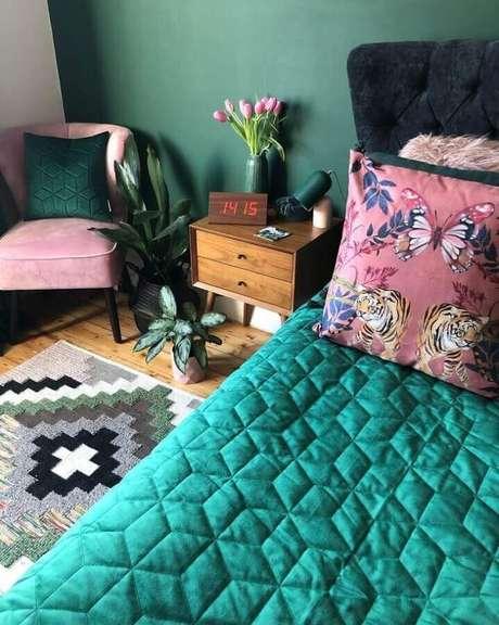 35. Quarto decorado na cor verde esmeralda e poltrona rosa – Foto: Pinterest