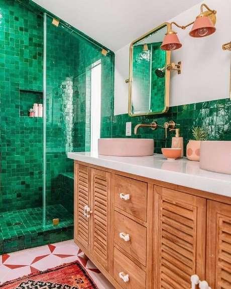 38. Decoração delicada para banheiro com revestimento verde esmerada e gabinete de madeira com cuba redonda rosa clara – Foto; Jeff Mindell