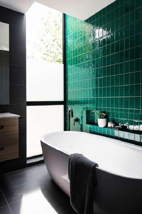 37. Revestimento verde esmeralda para banheiro com banheira – Foto: Casa de Valentina