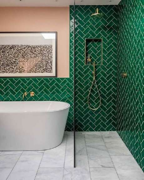 39. Revestimento verde esmeralda para banheiro com banheira e parede rosa – Foto: Shake My Blog