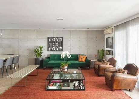 40. Sala ampla e moderna decorada com poltronas de couro e sofá verde esmeralda – Foto: Assene Arquitetura
