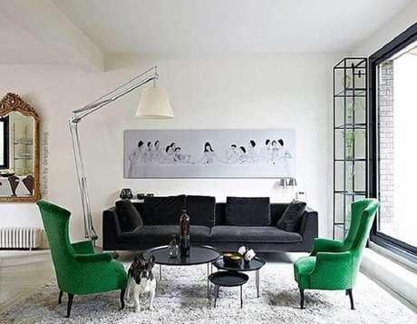 5. Decoração para sala de estar branca com poltronas verde esmeralda e sofá preto – Foto: Pinterest