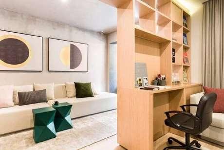 42. Sala de estar decorada com sofá branco sem braço e puffs verde esmeralda com design moderno – Foto: Suite Arquitetos