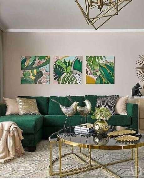 43. Sala de estar decorada com sofá verde esmeralda – Foto: Pinterest