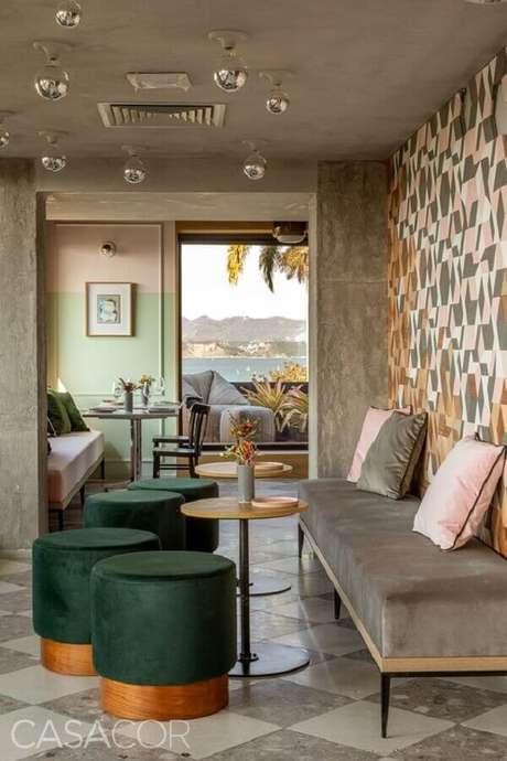 46. Puffs verde esmeralda para decoração de sala com cimento queimado – Foto: Casacor