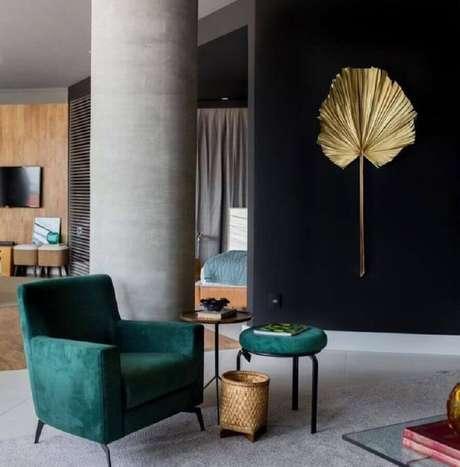 47. Para ambientes modernos também é possível combinar a cor verde esmeralda com o preto – Foto: Lucas Barbosa
