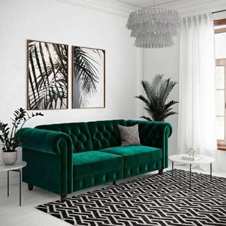 48. Decoração de sala branca com sofá chesterfield verde esmeralda – Foto: Pinterest