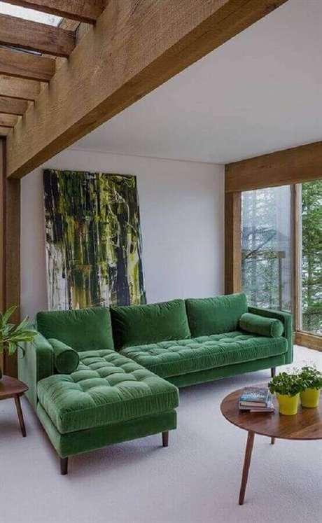 50. Sofá com chaise verde para sala clean – Foto: Revista VD