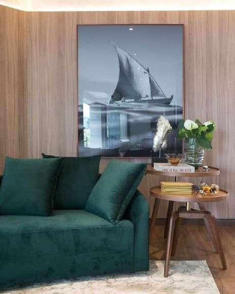51. Sofá verde esmeralda para sala decorada com revestimento de madeira – Foto: Art Ville Móveis