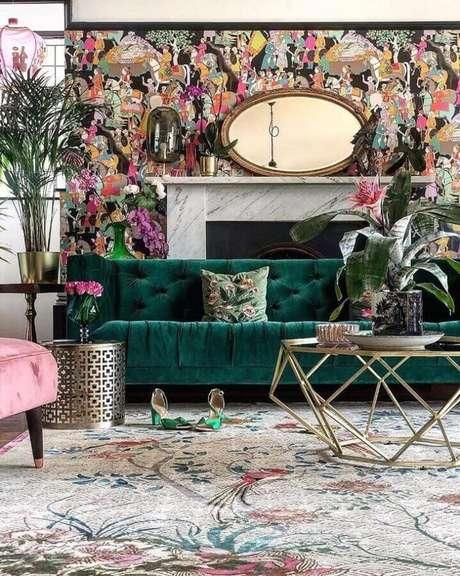54. Sofá verde para decoração de sala com papel de parede colorido – Foto: Wendy Morrison