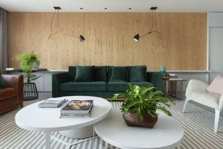 55. Sofá verde pra decoração de sala ampla e moderna com poltrona e mesa de centro branca – Foto: Ana Granzoto Duarte