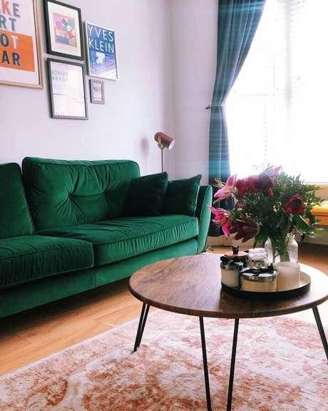 56. Sofá verde esmeralda para sala de estar simples decorada com cortina azul – Foto: Alicia Murphy