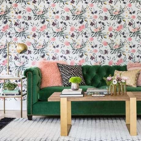 2. Sala decorada com sofá verde esmeralda e papel de parede floral – Foto: High Fashion Home