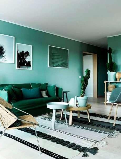 57. Sofá verde esmeralda para decoração de sala verde clara – Foto: Pinterest