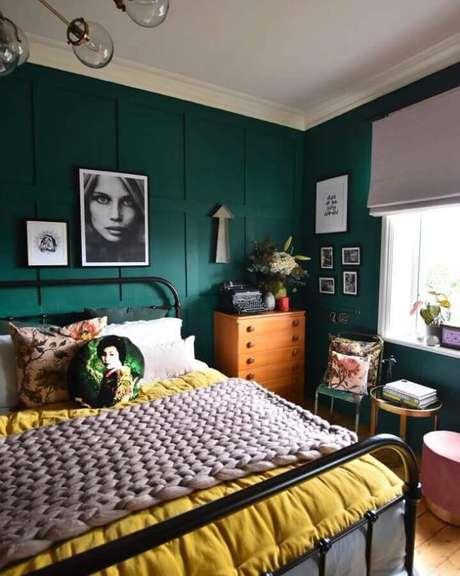 58. Tinta verde esmeralda para decoração de quarto simples com cama de ferro e cômoda de madeira – Foto: Pinterest