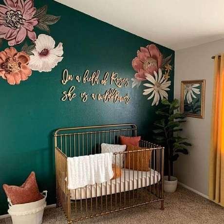 59. Tinta verde esmeralda para parede de quarto de bebê simples – Foto: Pinterest