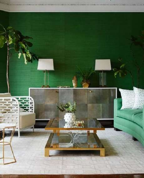 60. Tinta verde esmeralda para sala decorada com poltrona branca moderna – Foto: Pinterest