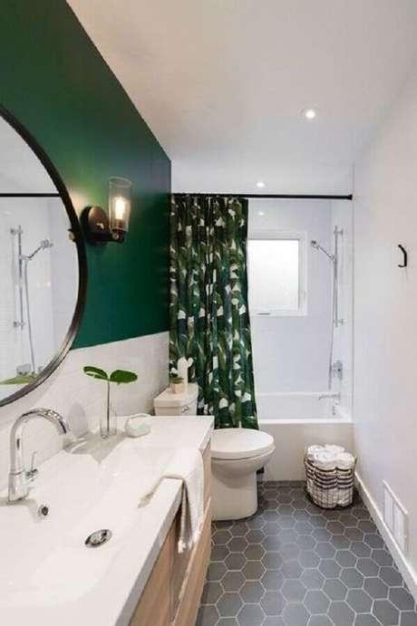 61. Banheiro pequeno decorado com parede pintada com tinta verde esmeralda – Foto: Pinterest