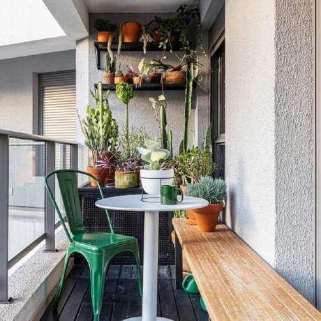 4. Decoração para varanda simples com vários vasos de plantas e cadeira verde esmeralda – Foto: Maurício Arruda