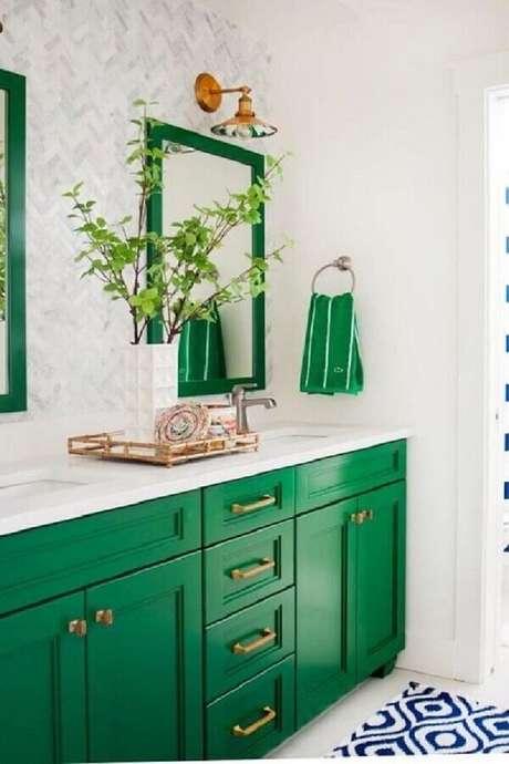 63. Verde esmeralda para decoração de banheiro branco planejado – Foto: Casa Claudia