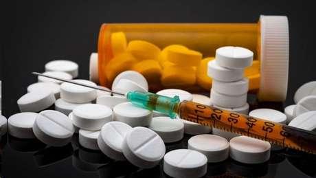 Seja com medicamentos já existentes ou começando do zero, atacando o vírus ou fortalecendo o sistema imunológico, há centenas de testes com tratamentos para a covid-19 em curso