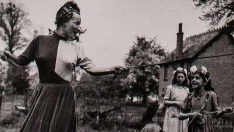 Na paróquia de Weston Turville, do dia 1º de maio de 1948, a cantora foi coroada May Queen do English May Day e encantou as crianças ao dançar com elas.