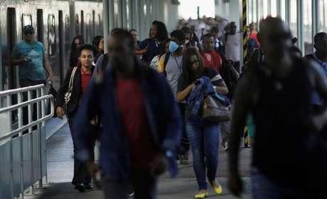 Passageiros caminham em plataforma da Central do Brasil, no Rio de Janeiro 24/03/2020 REUTERS/Ricardo Moraes